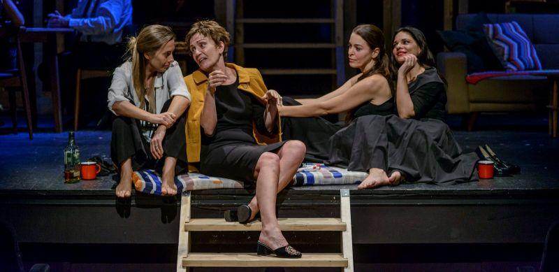 Συν & Πλην: Αυγουστος του Tracy Letts στο Θέατρο Δημήτρης Χόρν - Monopoli.gr