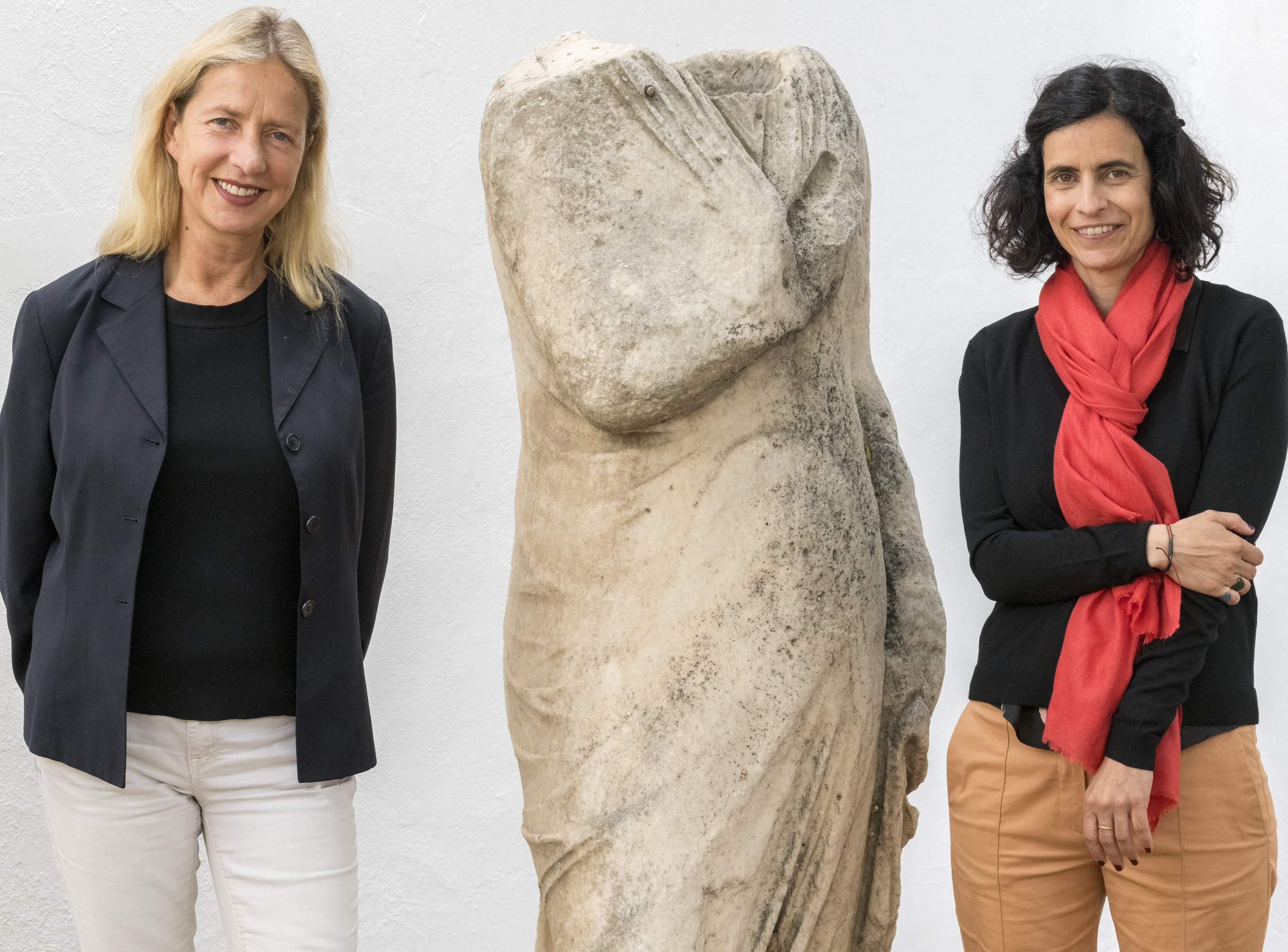 Iwona Blazwick, OBE, Διευθύντρια Whitechapel Gallery και Ελίνα Κουντούρη, Διευθύντρια ΝΕΟΝ. Φωτογραφία © Πάνος Κοκκινιάς