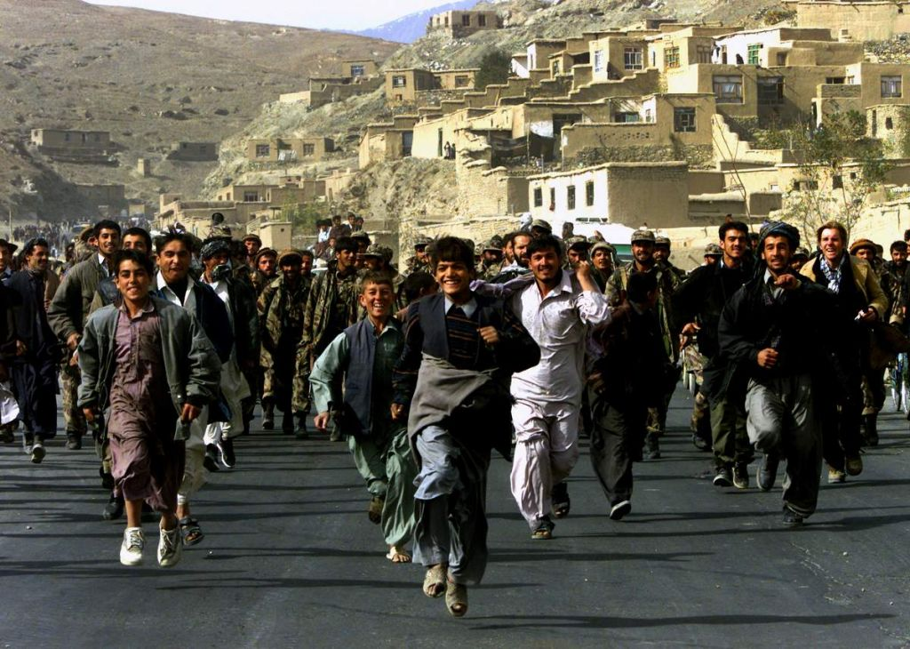 Καμπούλ, Αφγανιστάν, 2001 ©Yannis Behrakis/Reuters Κάτοικοι της Καμπούλ πανηγυρίζουν και συνοδεύουν τους μαχητές της Βόρειας Συμμαχίας καθώς μπαίνουν στην Αφγανική πρωτεύουσα Καμπούλ, στις 13 Νοεμβρίου 2001, μετά την κατάρρευση της κυριαρχίας των Ταλιμπάν.