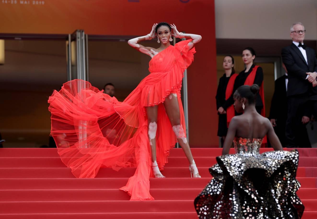 Το μοντέλο από την Αμερική, Winnie Harlow, φόρεσε ένα εκθαμβωτικό κόκκινο φόρεμα με έναν ώμο.
