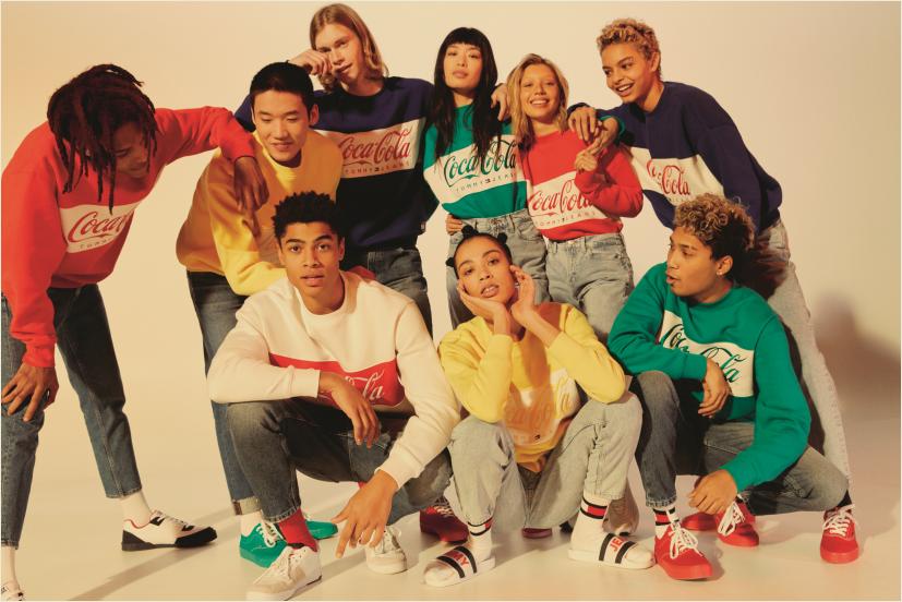 07a5dab69f Η capsule συλλογή αντλεί έμπνευση από την πρώτη συλλογή ρούχων Coca-Cola®  του 1986