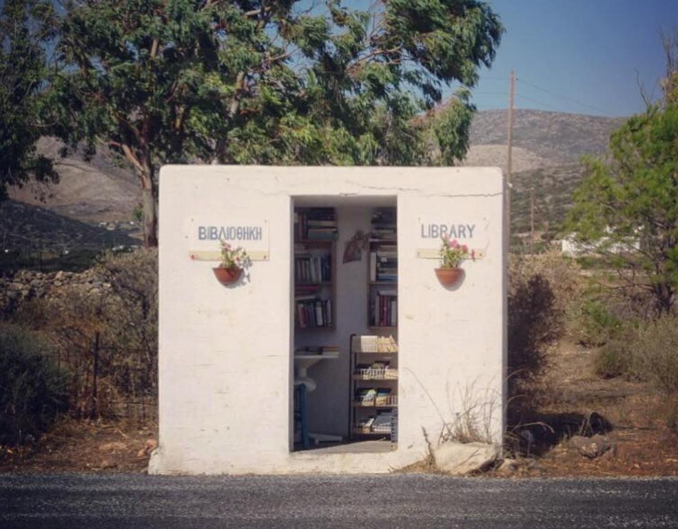 Η στάση - βιβλιοθήκη βρίσκεται στην Πάρο.