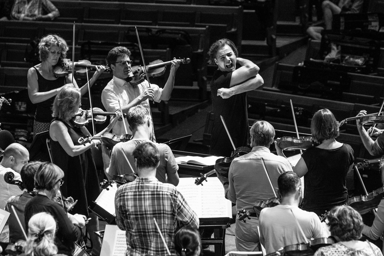 Ο Θεόδωρος Κουρεντζής και η Χορωδία και Ορχήστρα musicAeterna  στις 11 και 12 Νοεμβρίου.