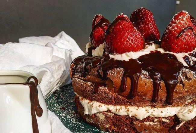 Σοκολατένια τούρτα με φράουλες και σαντιγί από τη food blogger «Nikis_food»