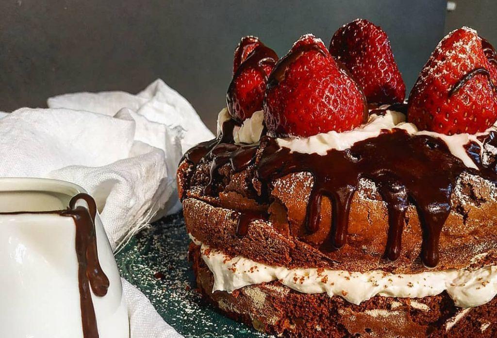Συνταγή: Σοκολατένια τούρτα με φράουλες και σαντιγί από τη food blogger Nikis_food