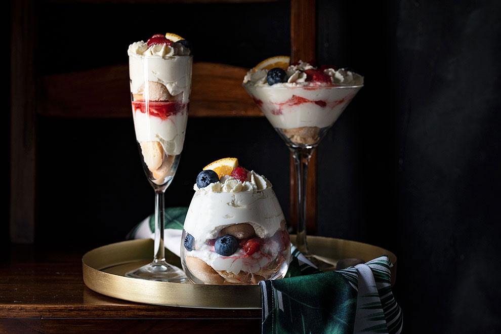Συνταγή: Τράιφλ με φράουλες και κρέμα λευκής σοκολάτας