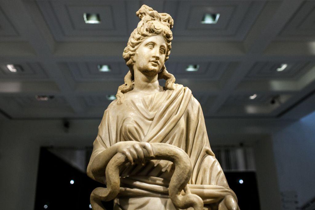 Μαρμάρινο άγαλμα της θεάς Υγιείας 3ος αι. μ.Χ., Αρχαιολογικό Μουσείο Κω © Αρχαιολογικό Μουσείο Κω, ΚΒ' ΕΠΚΑ (installation shot Πάρης Ταβιτιάν / Μουσείο Κυκλαδικής Τέχνης)