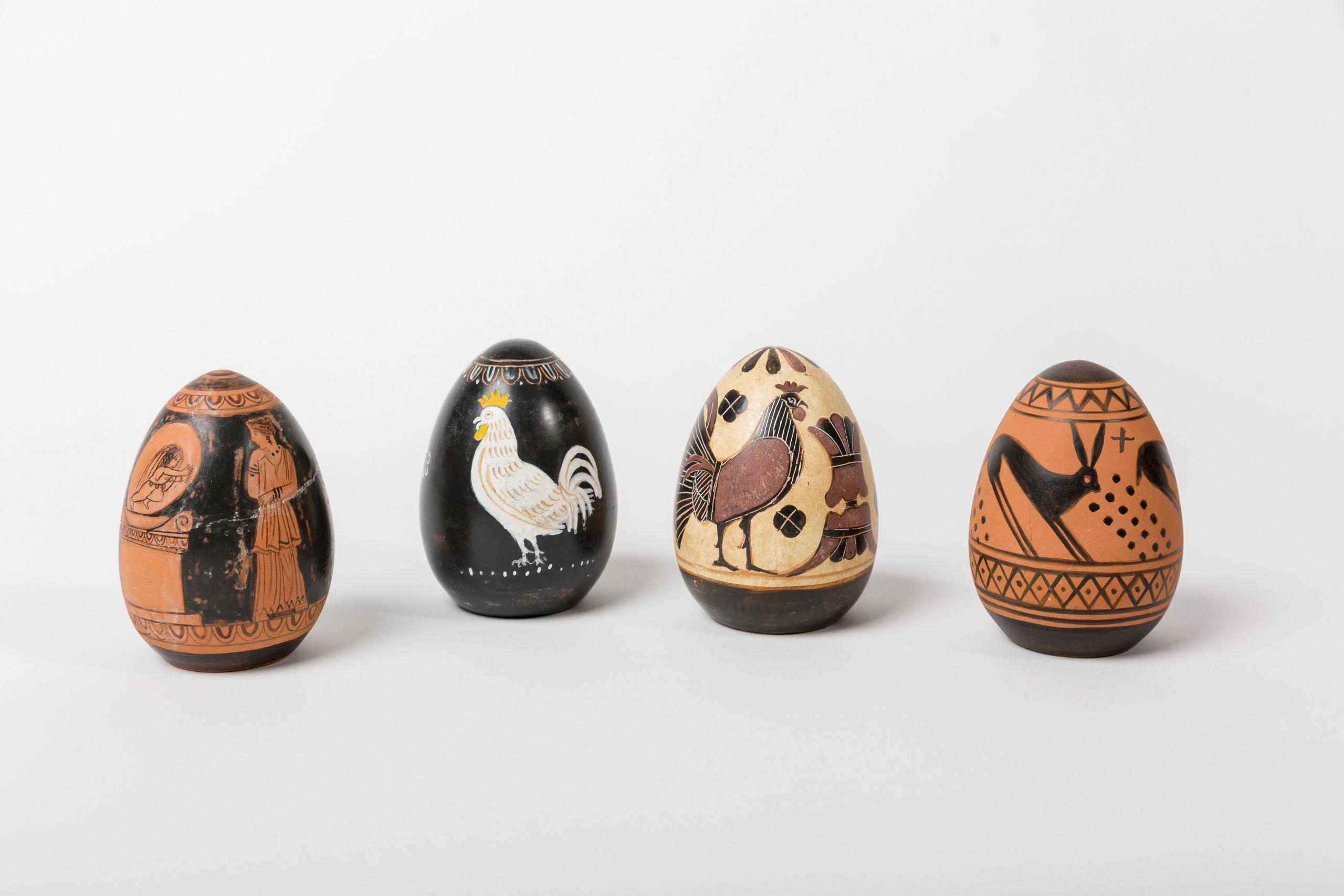 Κεραμικά αυγά με κοκόρια και σκηνές της μυθολογίας που διακοσμούν αρχαία αγγεία