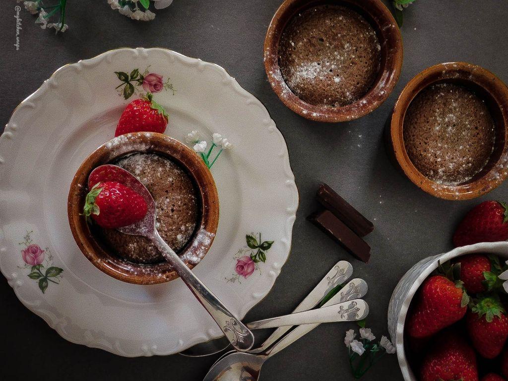 Σουφλέ σοκολάτας με γέμιση φράουλα