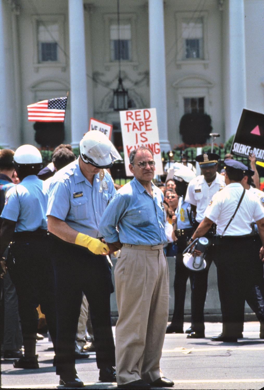Ο Λάρι Κρέιμερ συλλαμβάνεται τον Ιούνιο του 1987 μπροστά από τον Λευκό Οίκο, σε διαμαρτυρία κατά του AIDS ©Dennis Brack.