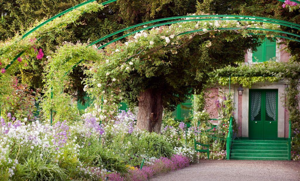 Η υπέροχη εξωτερική πρόσοψη του σπιτιού και μέρος του πανέμορφου κήπου που επιμελήθηκε ο ίδιος ο Monet.