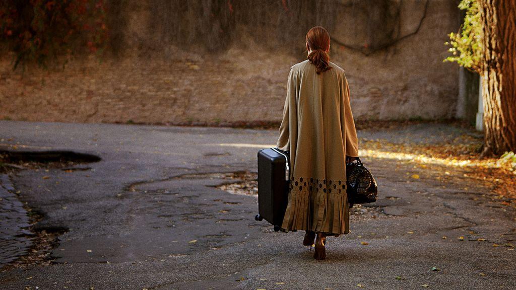 H Τζούλιαν Μουρ στο «The Staggering Girl» του Luca Guadagnino