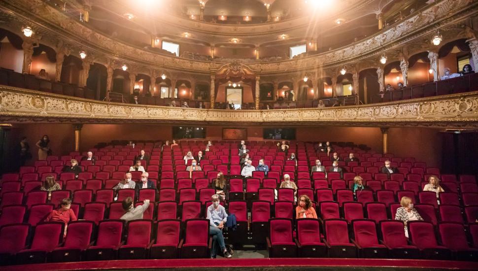 Το κοινό στην παράσταση του Κρατικού Θεάτρου Έσεν, φωτογραφία: The New York Times