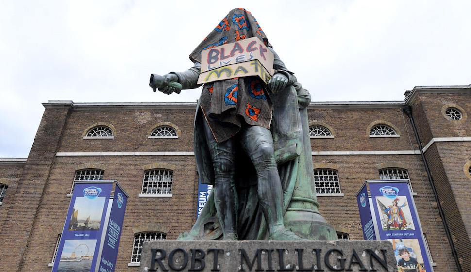 Το βεβηλωμένο άγαλμα του Ρόμπερτ Μίλιγκαν