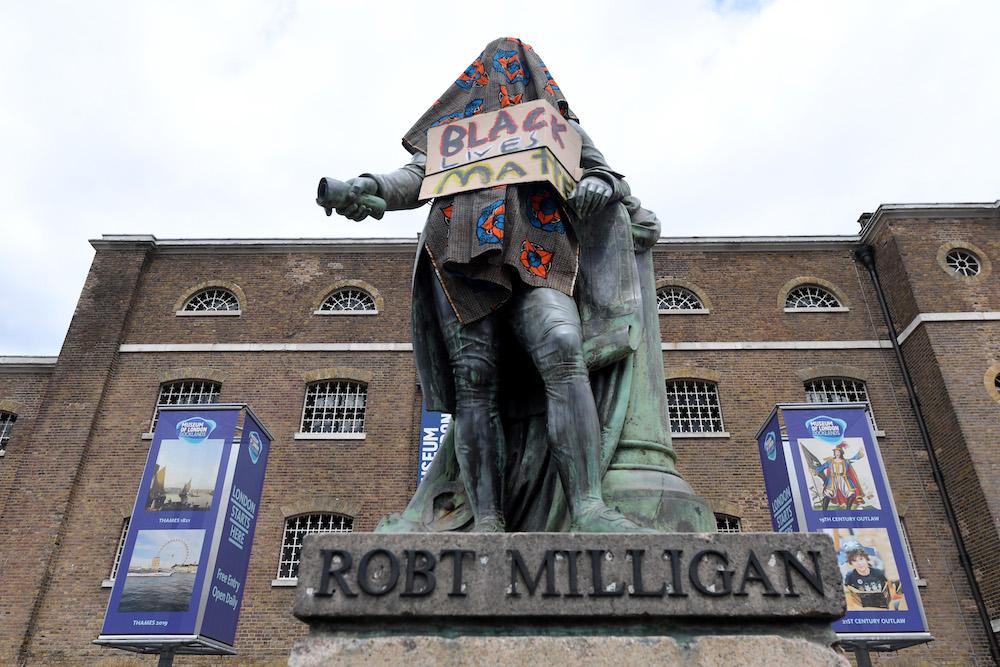 Το βεβηλωμένο άγαλμα του Ρόμπερτ Μίλιγκαν, λίγο πριν την αποκαθήλωση του