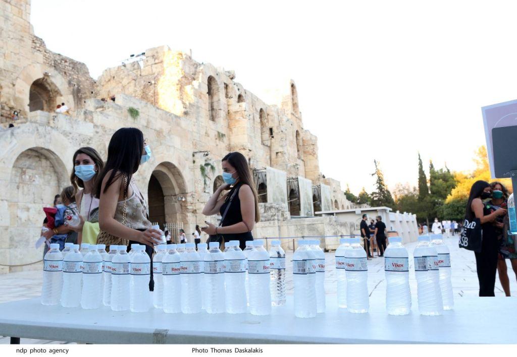 Η ΒΙΚΟΣπροσφέρει Φυσικό Μεταλλικό νερό κατά την είσοδο των θεατών στο θέατρο.