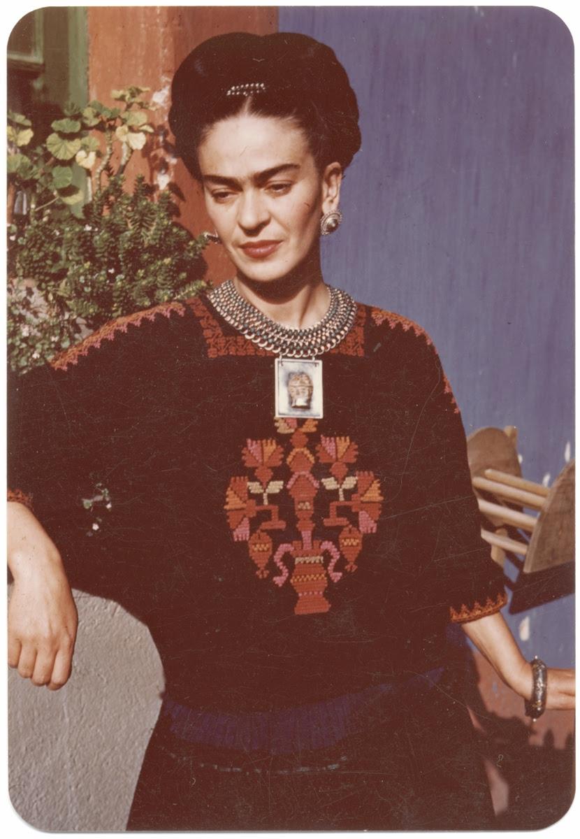 Η Φρίντα Κάλο με χαρακτηριστικό παραδοσιακό φόρεμα, ©️Archives of American Art, Smithsonian Institution