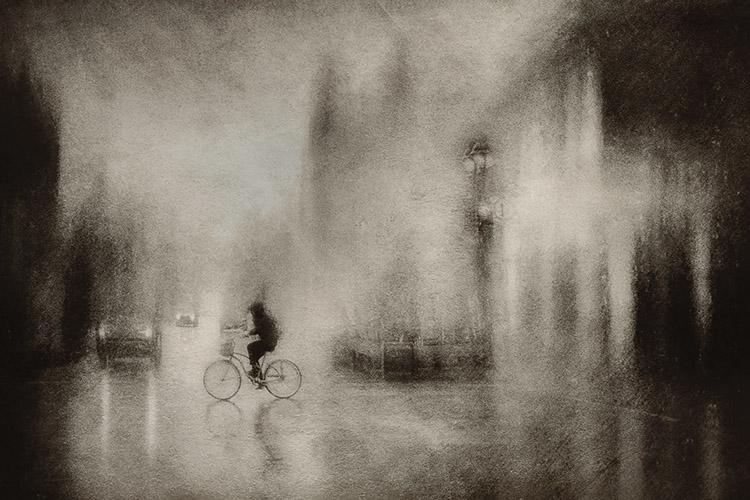 Ο Daniel Castonguay απεικονίζει την καθημερινή ζωή της πόλης, φιλτράροντας την κάθε φορά μέσα από την δικιά του διάθεση.