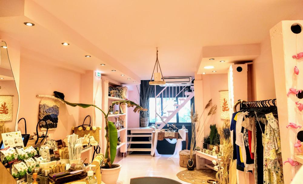 Στον εσωτερικό χώρο του F by Φ, θα βρείτε ρούχα, αλλά και είδη σπιτού και γραφείου, φωτογραφία: monopoli.gr