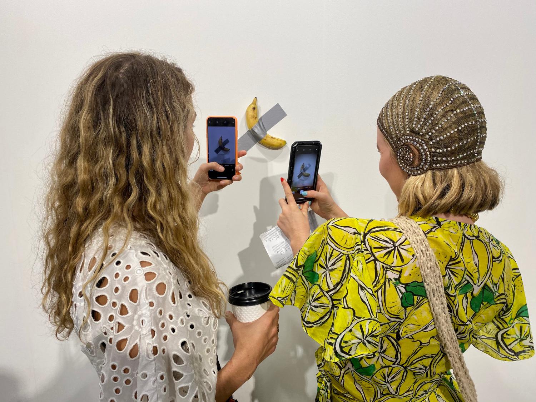 """Το κοινό στην έκθεση του Μαϊάμι είχε σπεύσει να φωτογραφήσει την """"μπανάνα"""" του Μαουρίτσιο Κατελάν"""