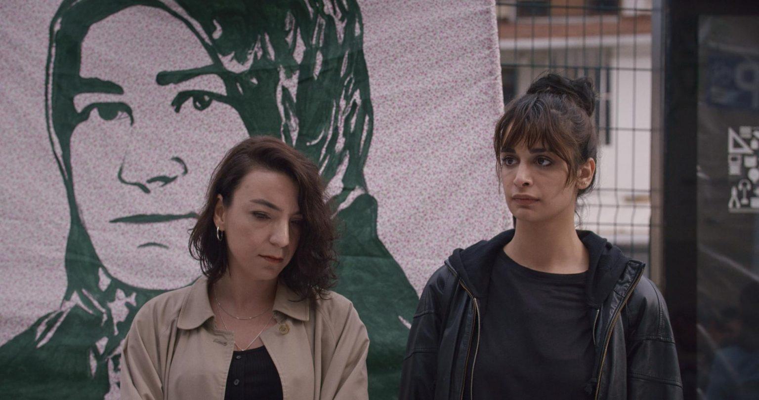 Η σκηνοθέτης ξεδιπλώνει τις αντιφάσεις και τη σύγκρουση ανάμεσα σε ένα πατριαρχικό καθεστώς και την ελπίδα για ένα καλύτερο αύριο