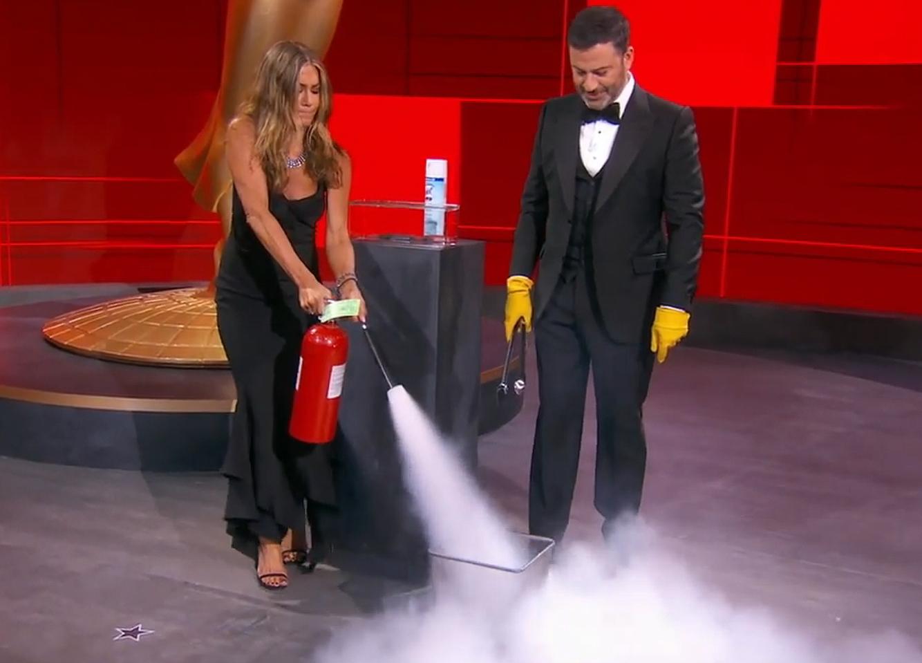 Η Τζένιφερ Άνιστον σβήνει την φωτιά του Τζίμι Κίμμελ, που παρουσίασε τα βραβεία Emmy.