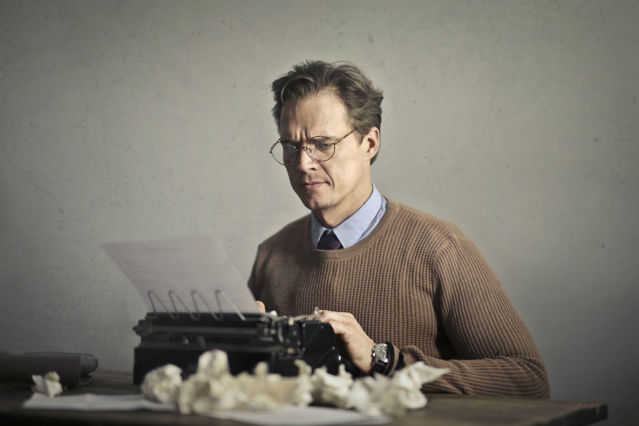 """Το θέατρο Επί Κολωνώ για 8η χρονιά αναζητά νέους συγγραφείς προκειμένου να συνεργαστούν με το εργαστήριο υποκριτικής και συγκεκριμένα στο Σεμινάριο """"Υποκριτική σε Κείμενα In Progress"""""""