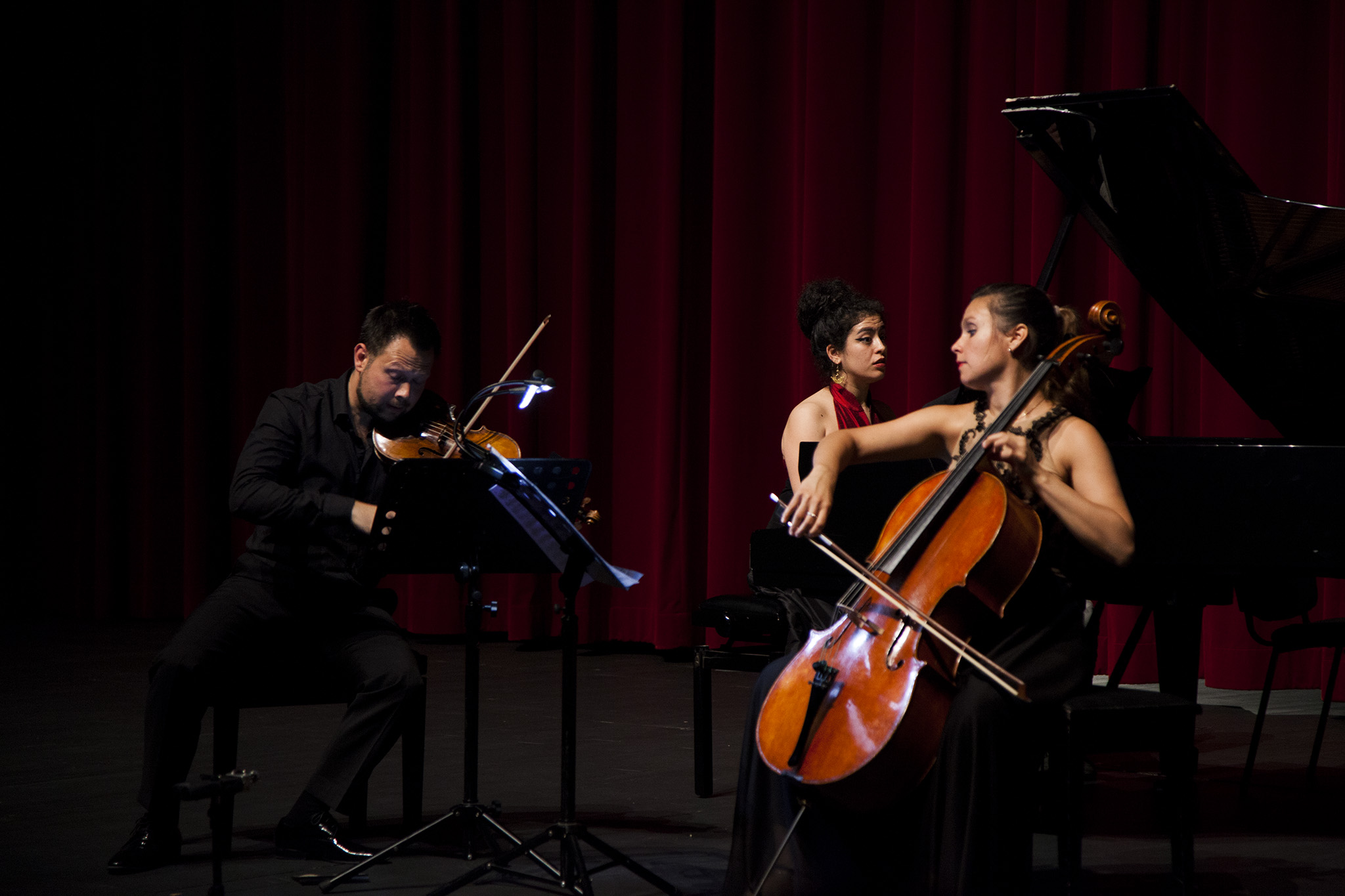 Αλεξία Μουζά (πιάνο), Felix Froschhammer (βιολί) και Indira Rahmatulla (βιολοντσέλο) στην Κεντρική Σκηνή του Μεγάρου Χορού Καλαμάτας στις Διεθνείς Μουσικές Ημέρες Καλαμάτας 2019. φωτογράφος: Angel Sifontes
