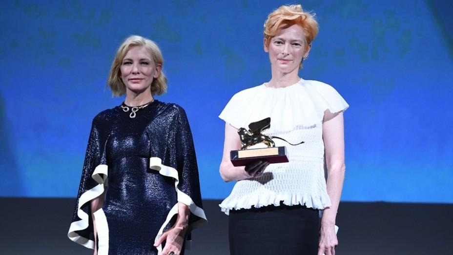 Η πρόεδρος της επιτροπής του φεστιβάλ, Κέιτ Μπλάνσετ, απένειμε στην Τίλντα Σουίντον το φετινό βραβείο του Χρυσού Λέοντα.