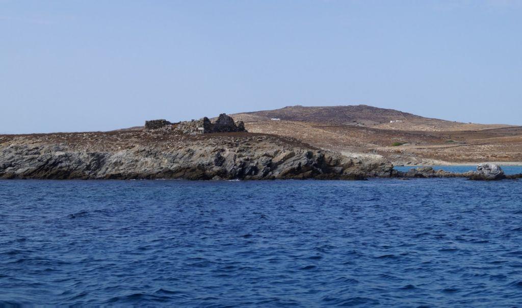 Ερείπια των εγκαταστάσεων του λοιμοκαθαρτηρίου Δήλου (Ρήνειας) στην θέση Καραντίνα.