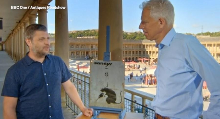 """Ο άντρας που έχει στην κατοχή του τον """"κλεμμένο Banksy"""" μιλά με τον παρουσιαστή, φωτογραφία: BBC"""