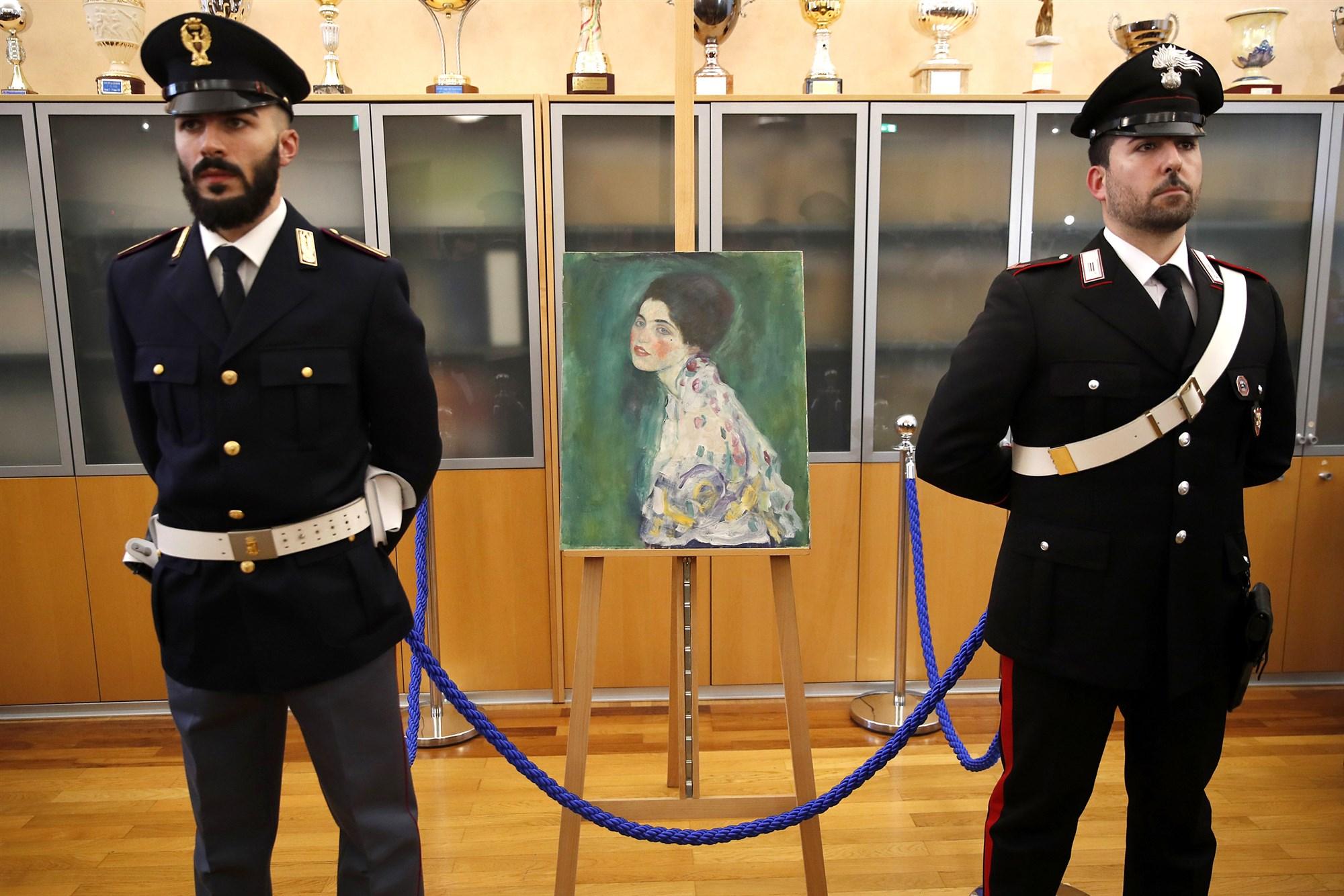 Φρουροί προστατεύουν τον πίνακα του Κλιμτ