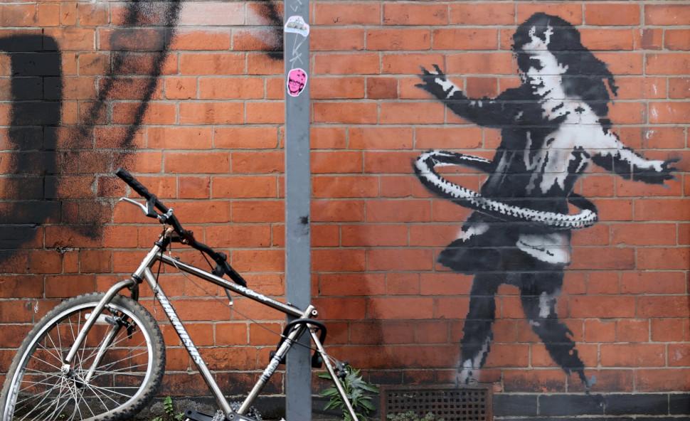 Κορίτσι παίζει με χούλα-χουπ, Banksy