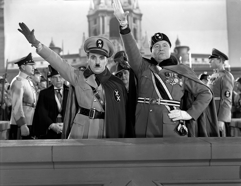 """Μεγάλος Δικτάτωρ: Ο """"Χίνκελ"""" με τον δικτάτορα της Βακτηρίας Μπενζίνο Ναπολίνι (Τζακ Όακι)"""