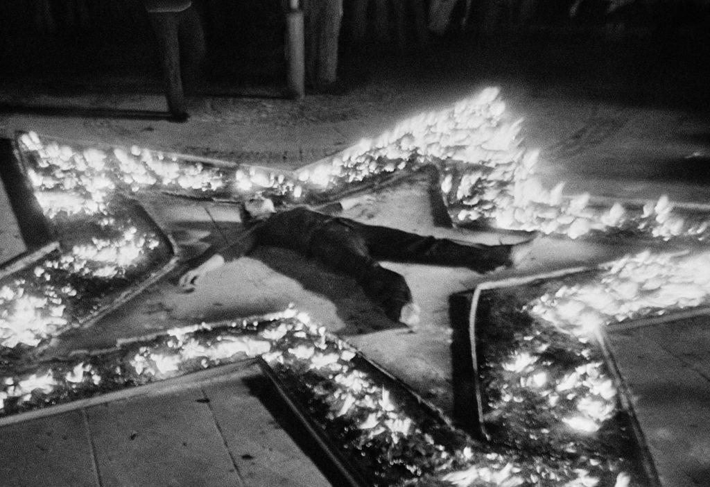 Η Μαρίνα Αμπράμοβιτς σε φλεγόμενο αστέρι για το έργο Rythm 5, 1974