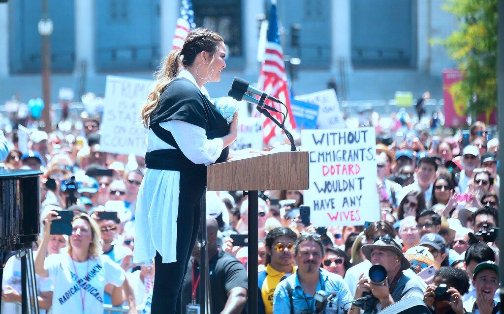 Η Κρίσι Τέιγκεν σε διαδήλωση κατά της αντι-μεταναστευτικής πολιτικής του προέδρου Τραμπ