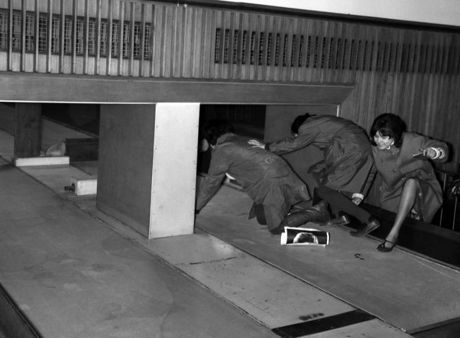 Τρεις θαυμάστριες επιχειρούν να εισέλθουν στο Costums Hall του αεροδρομίου του Λονδίνου μέσα από τον χώρο εξόδου των αποσκευών, 5 Φεβρουαρίου 1964