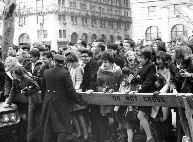 Θαυμάστριες προσπαθούν να δουν το συγκρότημα που μόλις έφτασε στη Νέα Υόρκη στα πλαίσια της περιοδείας, 7 Φεβρουαρίου 1964