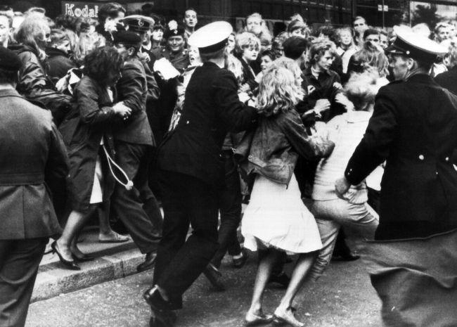 4.000 θαυμαστές έχουν μαζευτεί έξω από το ξενοδοχείο που πρόκειται να μείνουν οι The Beatles στην Κοπεγχάγη, 4 Ιουνίου 1964