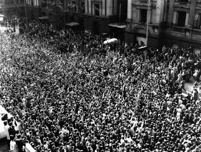 Πλήθος που συγκεντρώθηκε έξω από το Town Hall στην Μελβούρνη, 16 Ιουνίου 1964