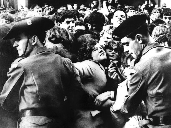 Στρατιώτες προσπαθούν να συγκρατήσουν το κοινό έξω από το ξενοδοχείο των The Beatles στην Μελβούρνη κατά την άφιξή τους, 14 Ιουνίου 1964
