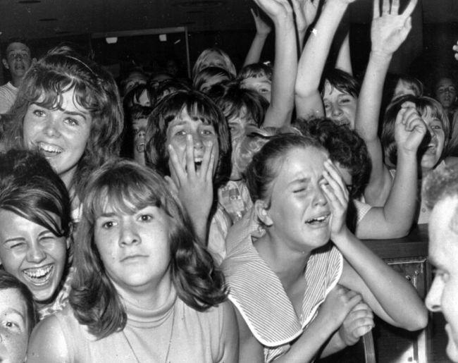Αντιδράσεις θαυμαστριών απλώς στην θέα του συγκροτήματος από μακριά στο αεροδρόμιο του Λος Άντζελες, 18 Αυγούστου 1964