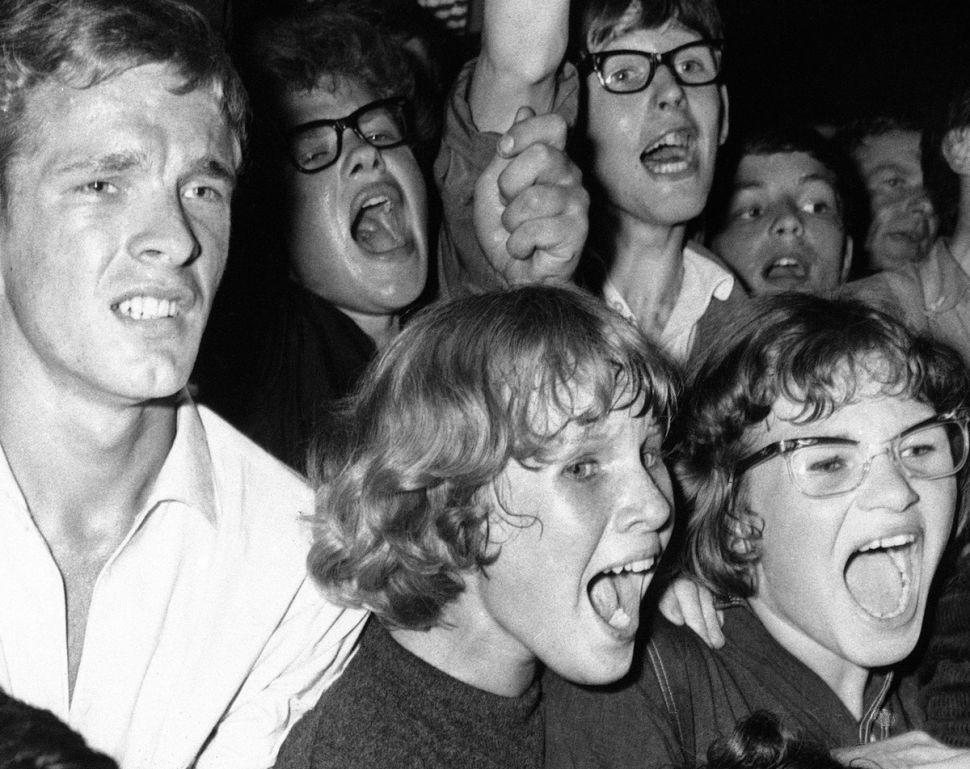 Θαυμάστριες ουρλιάζουν σε συναυλία των The Beatles στην Ολλανδία