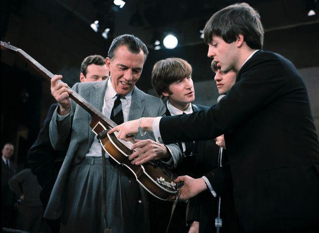 Ο Paul McCartney δείχνει την κιθάρα του στον Ed Sullivan