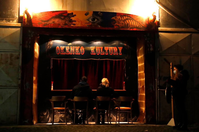 Δύο θεατές παρακολουθούν παράσταση των La Putyka Circus