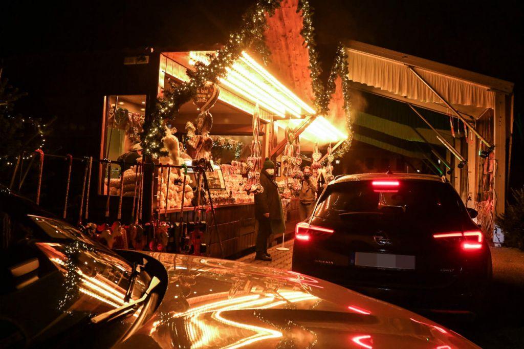 Αυτοκίνητα στην drive-in χριστουγεννιάτικη αγορά του Λάντσχουτ, © Christof Stache/ AFP