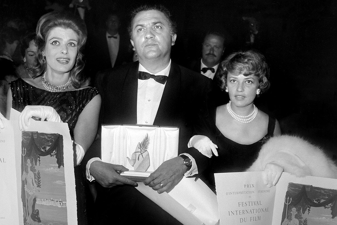Στη φωτογραφία η Μελίνα Μερκούρη με τον Federico Fellini και την Jeanne Moreau, με την οποία μοιράστηκε το βραβείο καλύτερης ηθοποιού