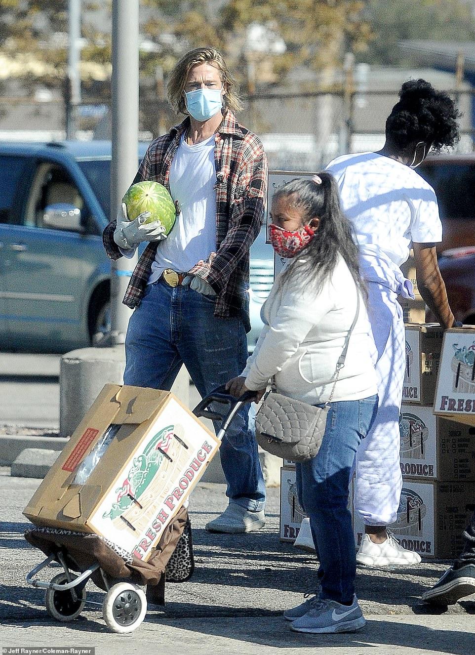 Ο Μπραντ Πιτ μοιράζει τρόφιμα, φωτογραφία: DailyMail
