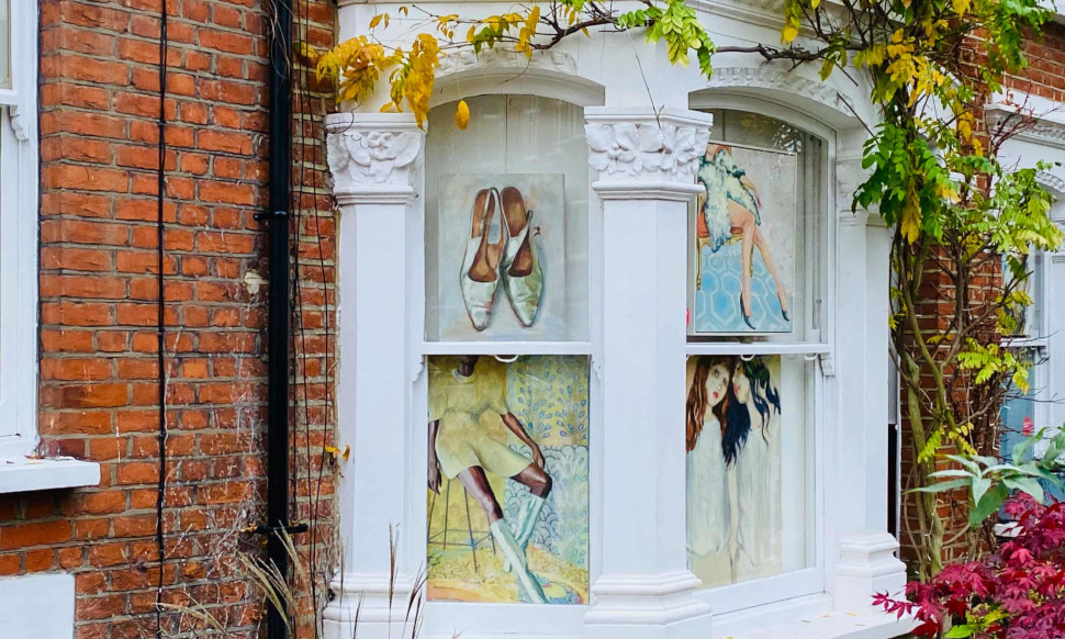 Μία καλλιτέχνις, η Sarah Barker Brown εκθέτει τα έργα της στο Artists Walk 2020, φωτογραφία: Hannah Jane Parkinson