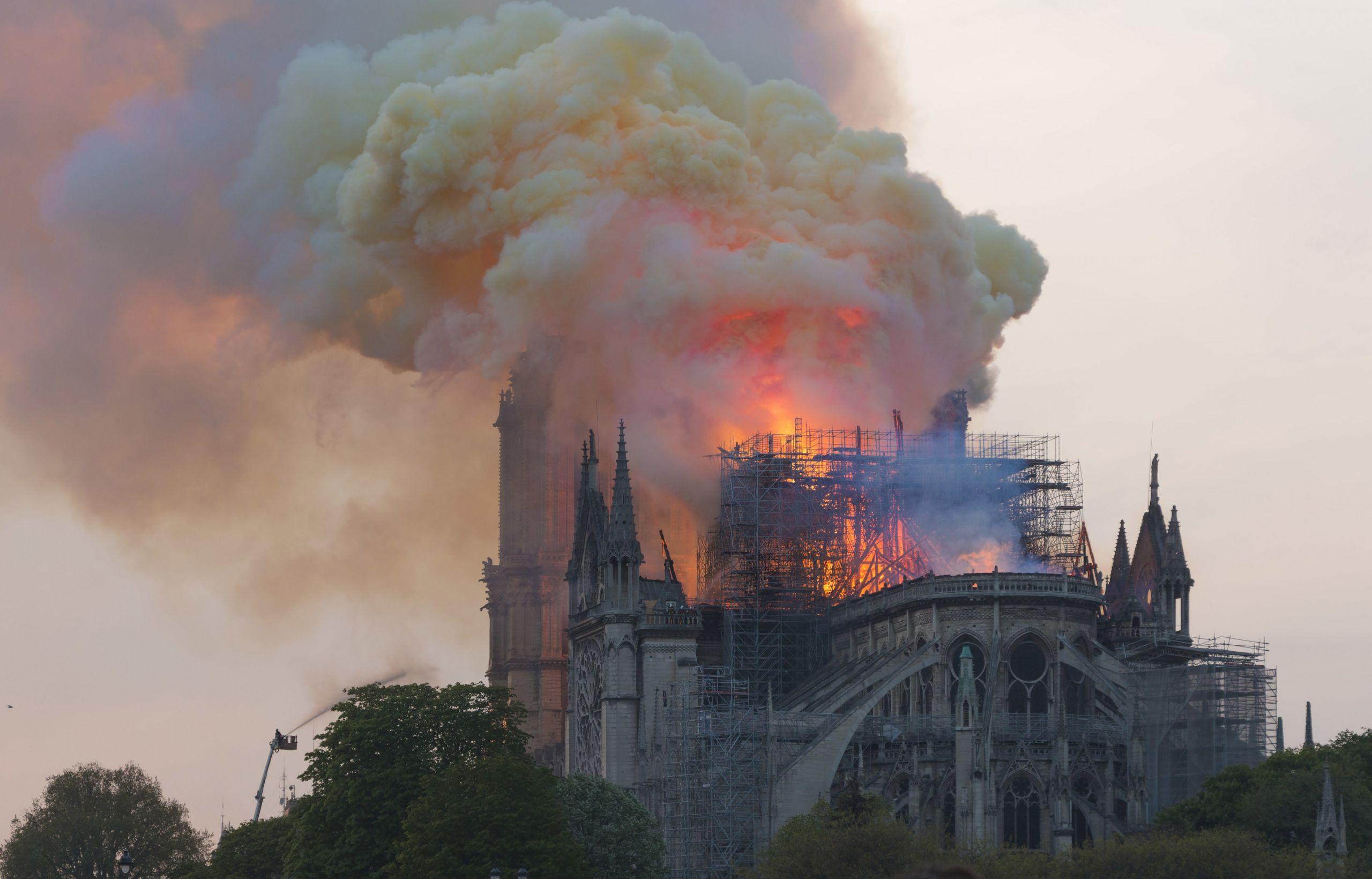 Η πυρκαγιά στην Παναγία των Παρισίων που σόκαρε την Γαλλία και τον κόσμο